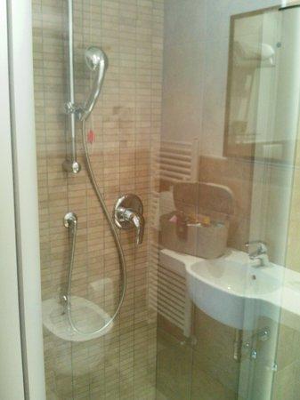 D-Place Aparthotel & Suite: Doccia, appt. 932