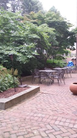 Hampton Inn & Suites Stamford: Garden area on grounds