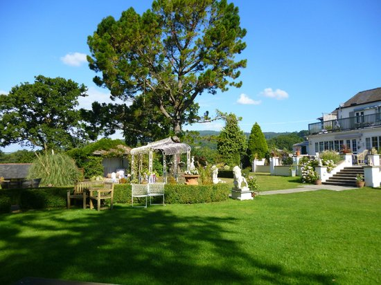 Lavender House Hotel: View across the gardens