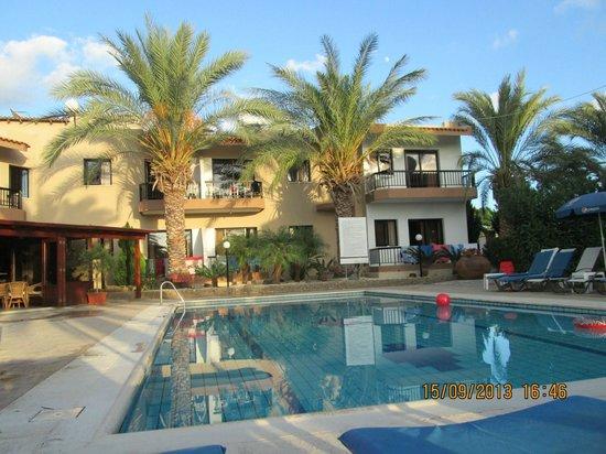 Hadjiantoni Anna Hotel Apartments: piscina