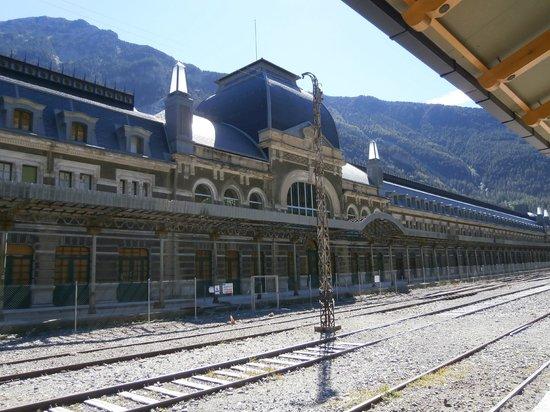 Estacion Internacional de Canfranc : Fachada principal de la estación