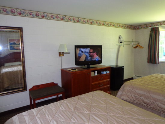 Red Carpet Inn Milford: 2 Double Beds