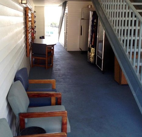 Branson Plantation Inn: Seating in Breezeway by vending