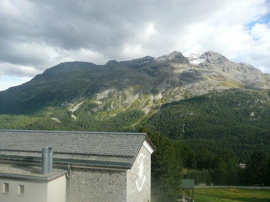 Berghotel Randolins: Blick über das Hoteldach in die Berge
