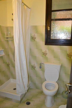 Dina's Paradise Hotel & Apartments: bathroom