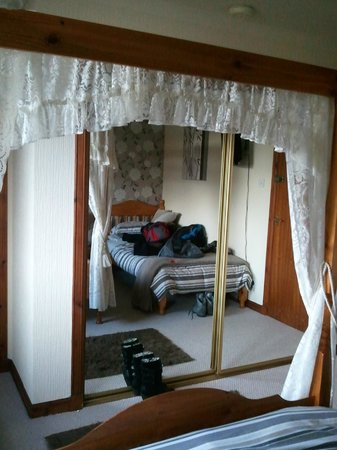 Anagrae Bed and Breakfast : Mirrored units help make the room look bigger