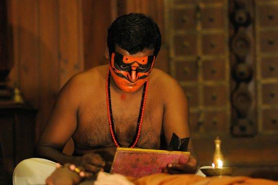 Kerala Kathakali Centre : Séance de maquillage