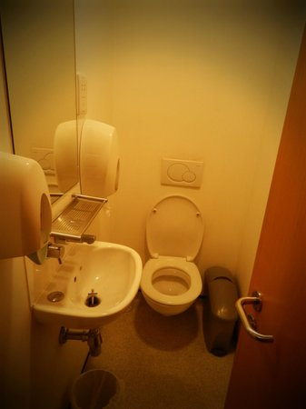 YHA London Central: Toilets