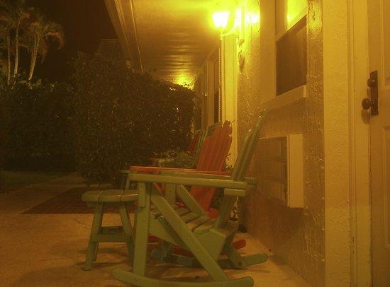 Lemon Tree Inn: Zitje voor cabin