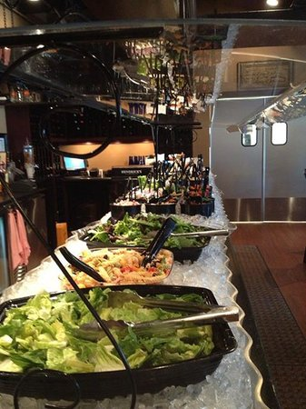 4 Sisters Wine Bar and Tapas Restaurant: Salad bar Monday thru Friday