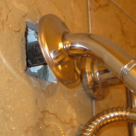 Chateau Elan Winery And Resort: Exposed plumbing behind shower