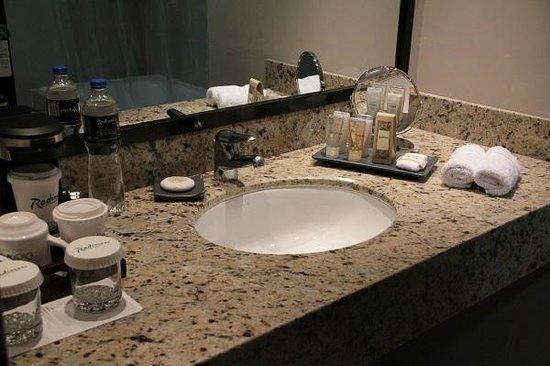 Radisson Hotel Decapolis Miraflores: Bathroom.