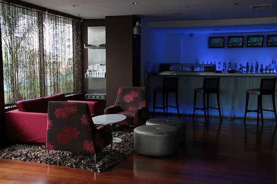 Radisson Hotel Decapolis Miraflores: Downstairs bar.