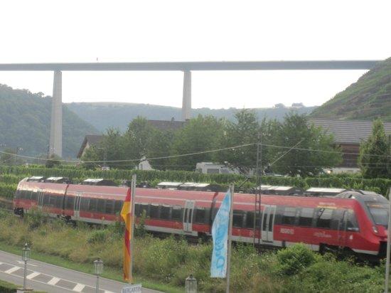 Hotel Moselblick: trein rijdt achter het hotel langs