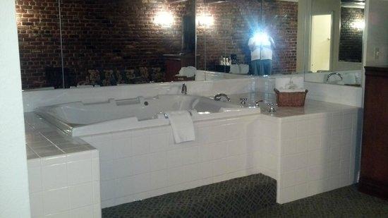 Hotel St. Pierre: Nice tub!