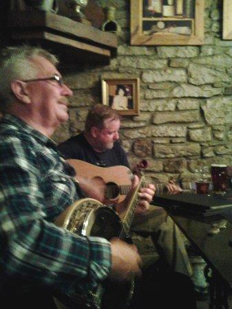 Lion & Unicorn Country House Hotel: Impromptu Irish band in the bar