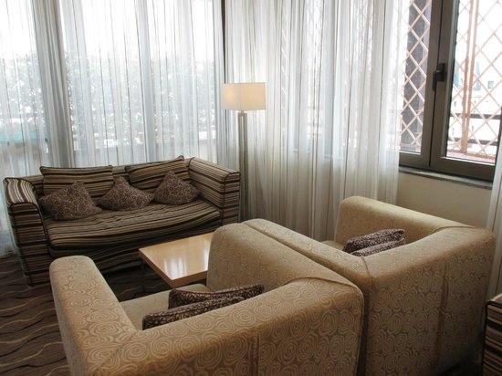 Hilton Milan: Sitting Area in Executive Room