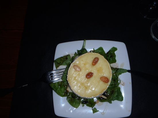 Cala Mitjana: Warm montadito with Camembert cheese, honey, almonds and spinach leaves