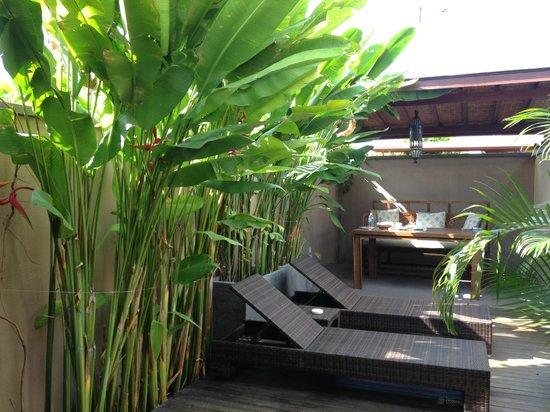 Kanishka Villas: Outside yard with breakfast table