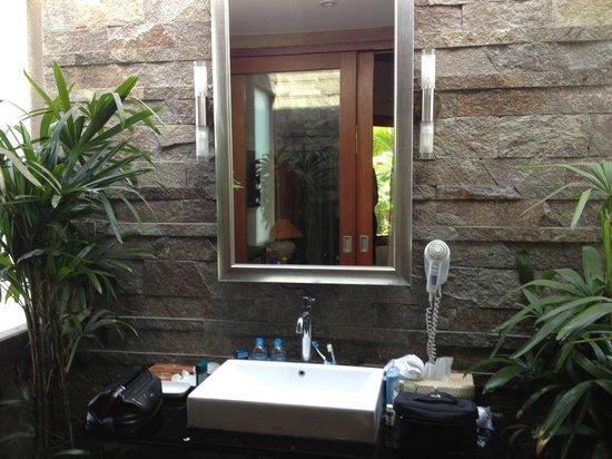Kanishka Villas: Ourtside bathroom