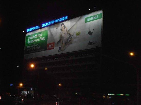 Hotel Katowice - facciata illuminata di notte
