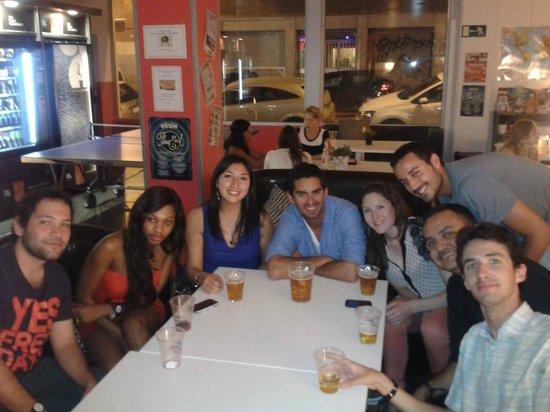 HelloBCN Hostel: Excelente lugar para alojar en Barcelonas y hacer amigos...