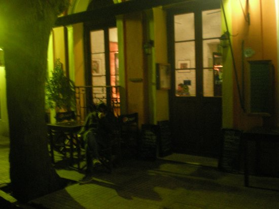 Viejo Barrio Restaurant and Bar : vista desde la calle, en noche lluviosa