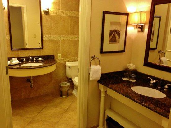Omni Barton Creek Resort & Spa: Large bathroom with a separate vanity area