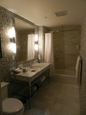 Renaissance Blackstone Chicago Hotel: banheiro maravilhoso
