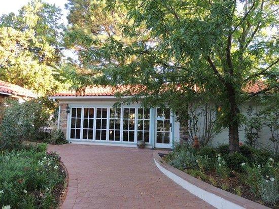 Casa Blanca Inn & Suites : View of Breakfast room from walking area