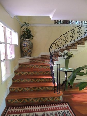 Casa Blanca Inn & Suites: Main house...stairway