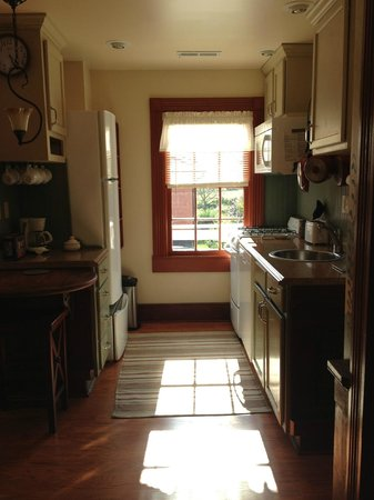 Hidden Valley Bed and Breakfast: Kitchen w/ dishwasher