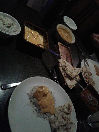 Nu Delhi: poulet korma, naans, riz