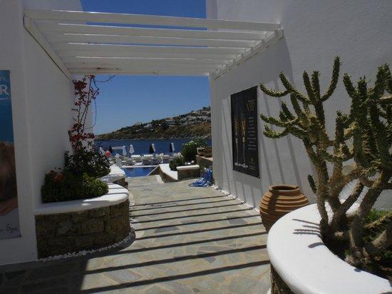 Petasos Beach Hotel & Spa: Passagem para piscina