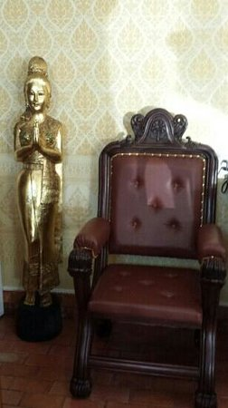Dover Garden Suites: Kings chair and Thai statue