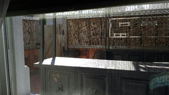 Dover Garden Suites: Outdoor covered patio bar