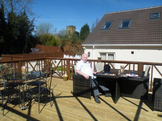 Holly Lodge : Raised decking area at rar of hotel