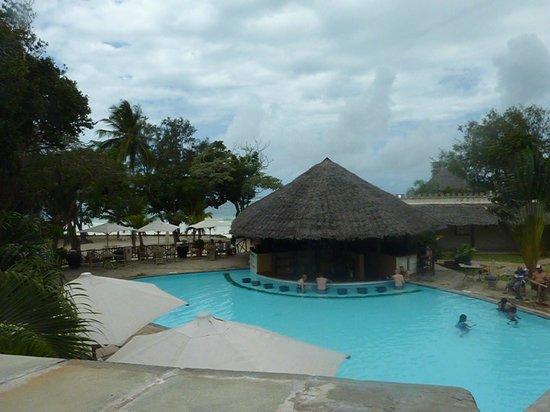 Baobab Beach Resort & Spa: maridadi swim up bar