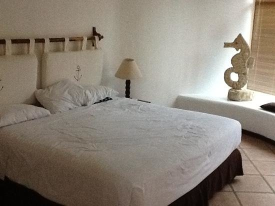 Punta Sal Suites & Bungalows Resort: A bed