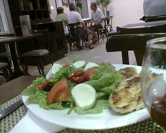 Ibis Salvador Rio Vermelho: Frango grelhado com salada de tomate , alface e queijo