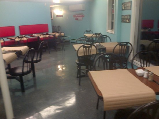 North Corner Grill: Bench and table seating