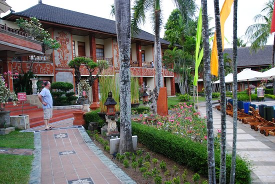 The Jayakarta Bali Beach Resort : taken near our room and pool area