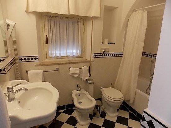 Park Palace Hotel: Banheiro decoração branco e preto