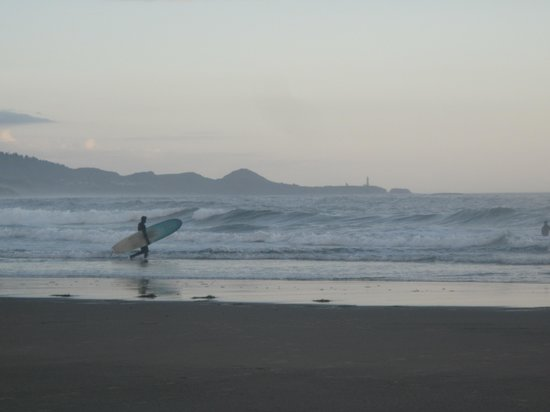 Inn at Otter Crest: Surfers on the beach