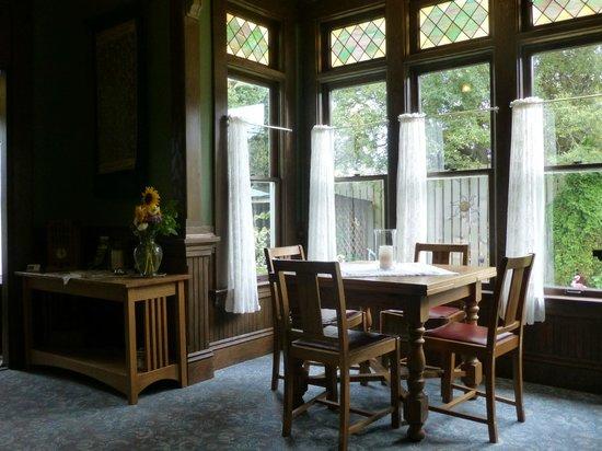 The Kirk House Bed & Breakfast: Breakfast room area
