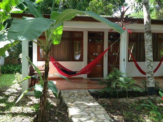 Hotel Jaguar Inn Tikal: The outside of our bungalow