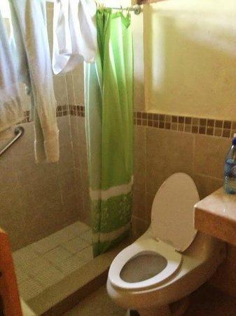 Hotel Jaguar Inn Tikal: The bathroom - shower & toilet