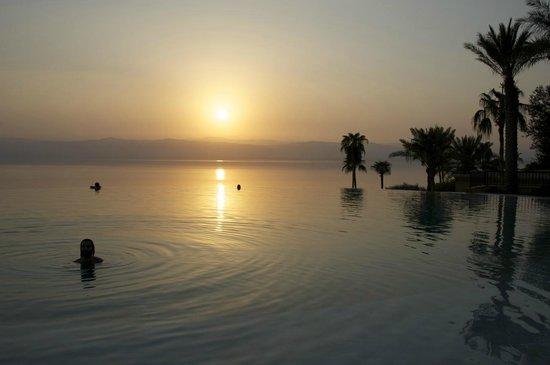 Kempinski Hotel Ishtar Dead Sea: Imperdivel ao entardecer a piscina com vista para o mar e as montanhas