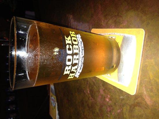 Rock Harbor Pub & Brewery: Rock Harbor, good beer selection, ok food, nice band on a Sat night