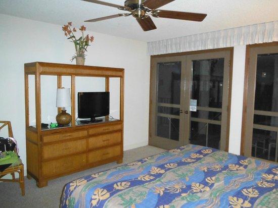 Aston Maui Hill : king  bedroom main level unit 46